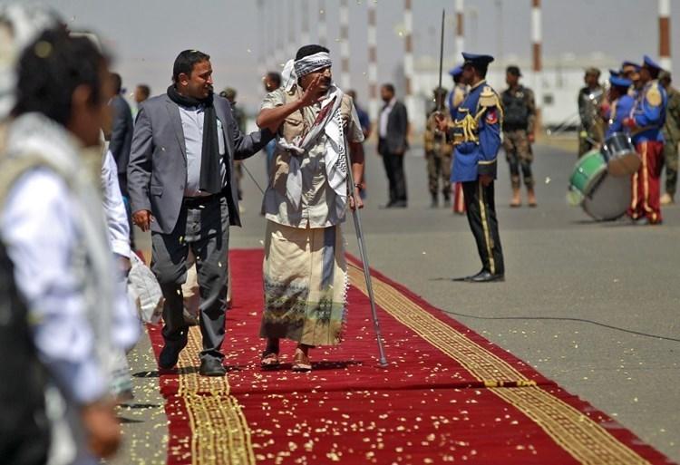 لحظة وصول الأسرى إلى العاصمة اليمنية صنعاء في 17 تشرين الأول الماضي (أ ف ب).