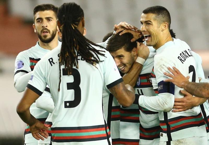 فرحة لاعبي البرتغال بأحد هدفَي دياز