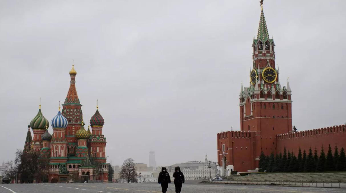 ضباط الشرطة الروس يتفقدون الساحة الحمراء أمام الكرملين بعد أن أعلنت سلطات المدينة إغلاقًا جزئيًا لمنع انتشار فيروس كورونا في آذار/مارس (رويترز)