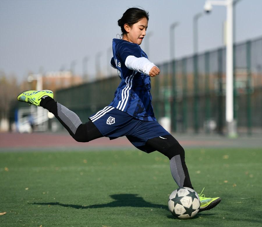 فتاة صينية تقود فريق كرة قدم للرجال