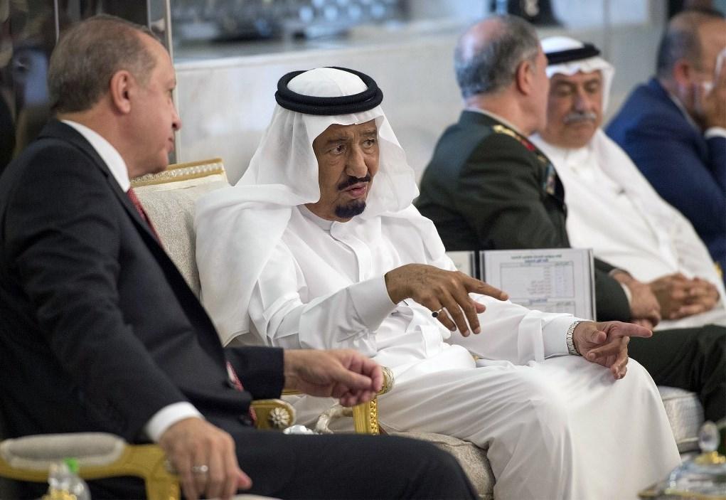 الرئيس التركي رجب طيب إردوغان خلال لقائه الملك سلمان في جدة عام 2017 (أ ف ب - أرشيف)