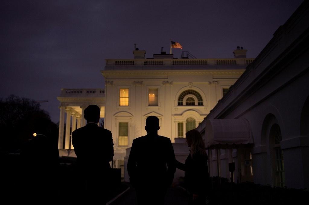 ينظر موظفو البيت الأبيض إلى مقر البيت الأبيض بينما يواصل ترامب تحدي نتائج الانتخابات (أ ف ب).