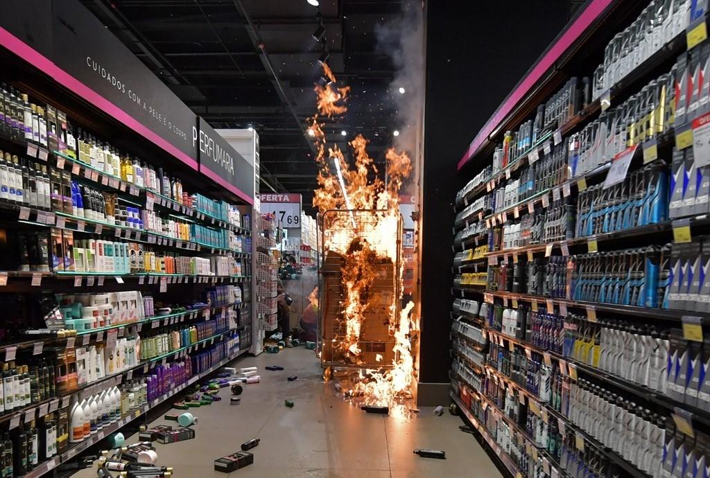 المنتجات تحترق في سوبر ماركت كارفور في ساو باولو ، البرازيل (أ ف ب).