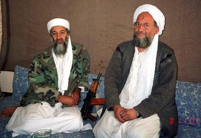 أسامة بن لادن يجلس مع الظواهري خلال مقابلة مع صحيفة دون/ 10 نوفمبر عام 2001 (أ ف ب).