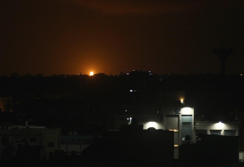 غارة جوية إسرائيليّة على بلدة دير البلح وسط قطاع غزة - 20 أكتوبر 2020 (أ.ف.ب)