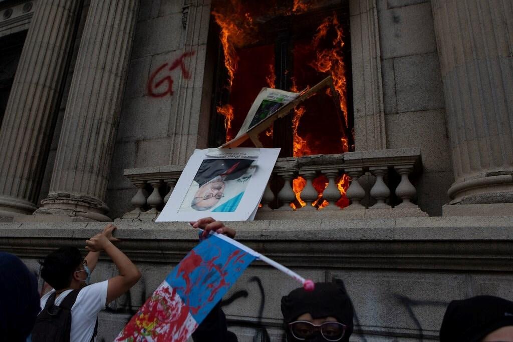 محتجون يضرمون النيران في برلمان غواتيمالا (أسوشيتد برس)