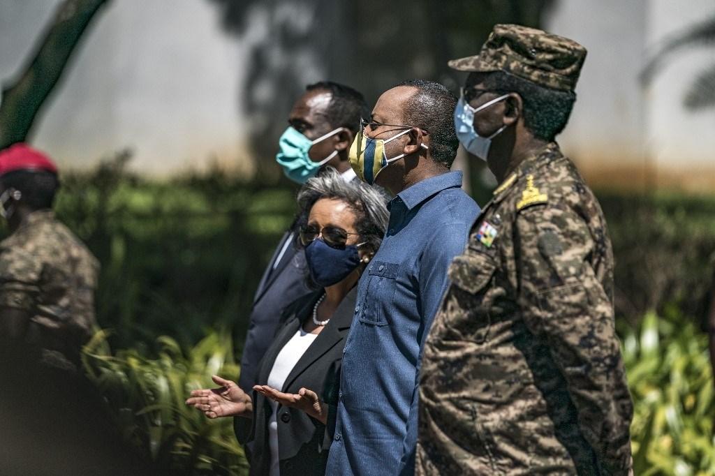 رئيس إثيوبيا يقف إلى جانب آبي أحمد خلال تكريم قوات الدفاع الوطني في أديس أبابا (أ ف ب)