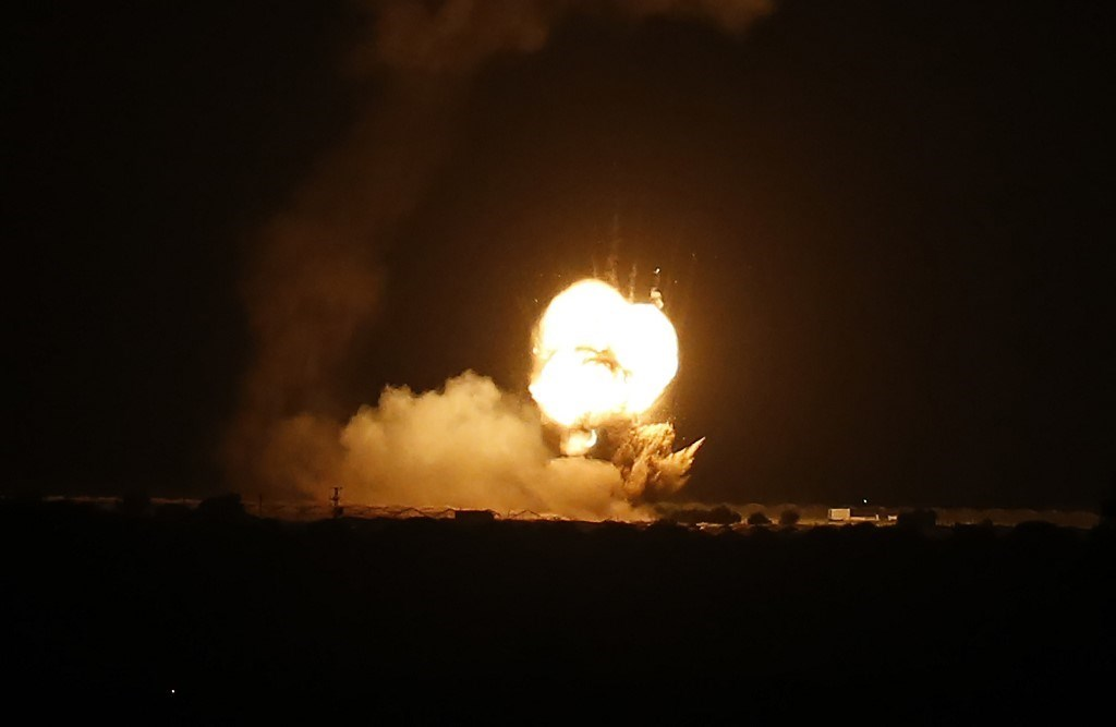 ألسنة اللهب تتصاعد في أعقاب غارة إسرائيليّة على بلدة خان يونس، جنوب غزة - 22 نوفمبر  2020 (أ.ف.ب)