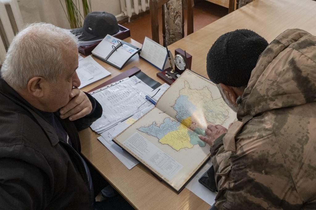 جنود أرمن يلقون نظرة على خريطة ناغورنو كاراباخ ومنطقة أسكيران (أ ف ب).