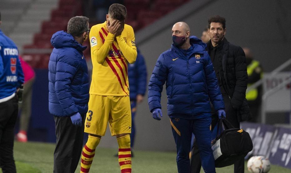 بيكيه خلال خروجه من الملعب