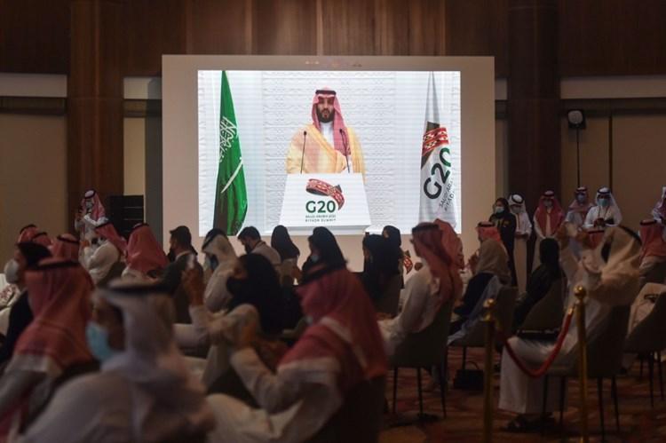 ممثلو وسائل إعلام يستمعون إلى ولي العهد السعودي في الرياض (أ ف ب).