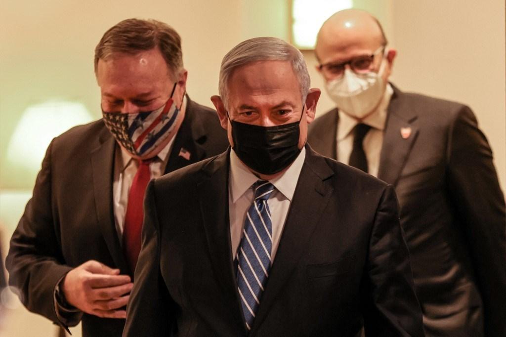 بومبيو ونتنياهو ووزير خارجية البحرين عبد اللطيف بن راشد الزياني في القدس المحتلة (أ ف ب).