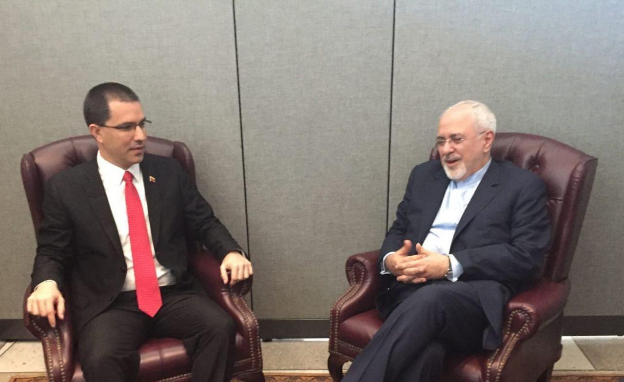وزير الخارجية الفنزويلي لدى استقباله نظيره الإيراني في كاراكاس مطلع الشهر الجاري (أرشيف)