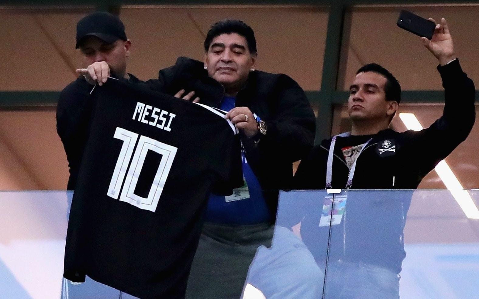 مارادونا مع قميص ميسي في كأس العالم روسيا 2018 (أرشيف)