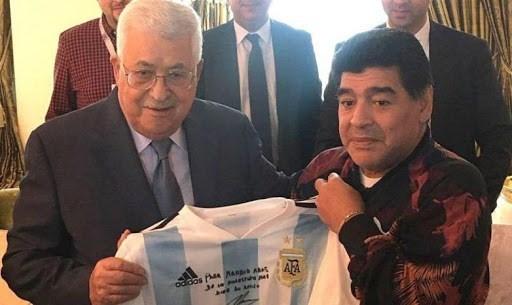 الرئيس الفلسطيني محمود عباس ومارادونا