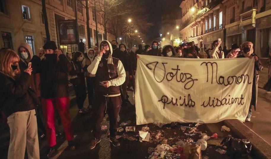 صورة لإحدى الاحتجاجات في فرنسا تنديداً بعنف الشرطة (أ ب)