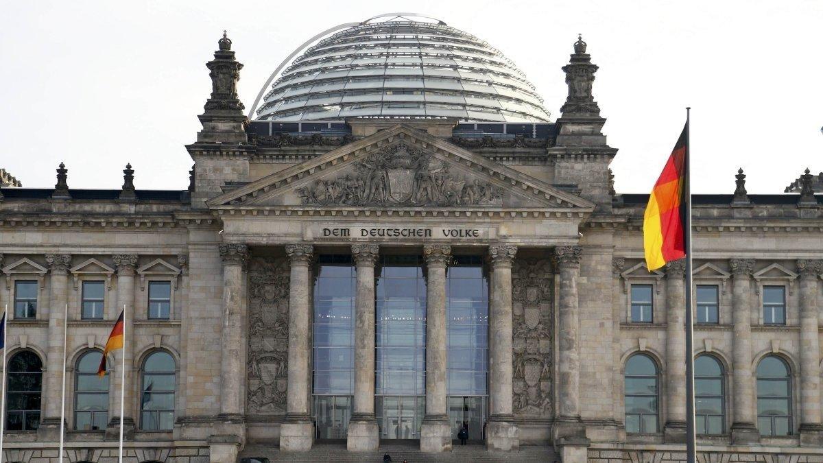 ألمانيا تحث على ضبط النفس بعد اغتيال العالم الإيراني زادة