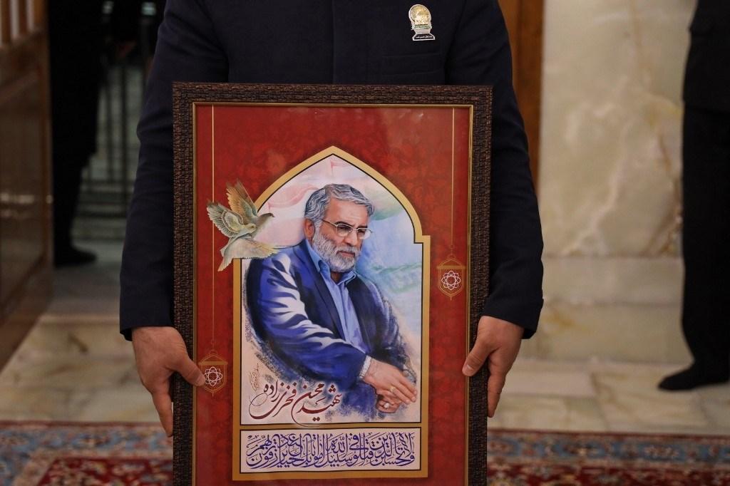 صورة للشهيد محسن فخري زادة في مقام الامام الرضا في مشهد - 29 نوفمبر 2020 (أ.ف.ب)