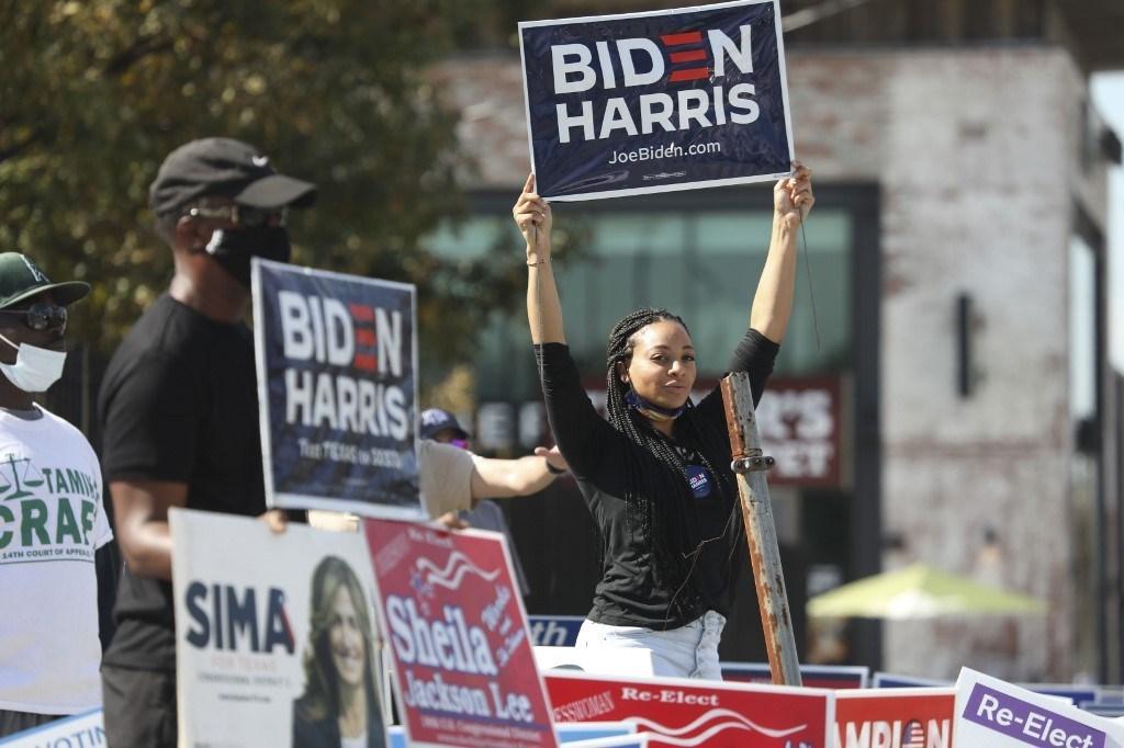 تجمع لأنصار نائب الرئيس جو بايدن في هيوستن، تكساس - 3 نوفمبر 2020 (أ.ف.ب)