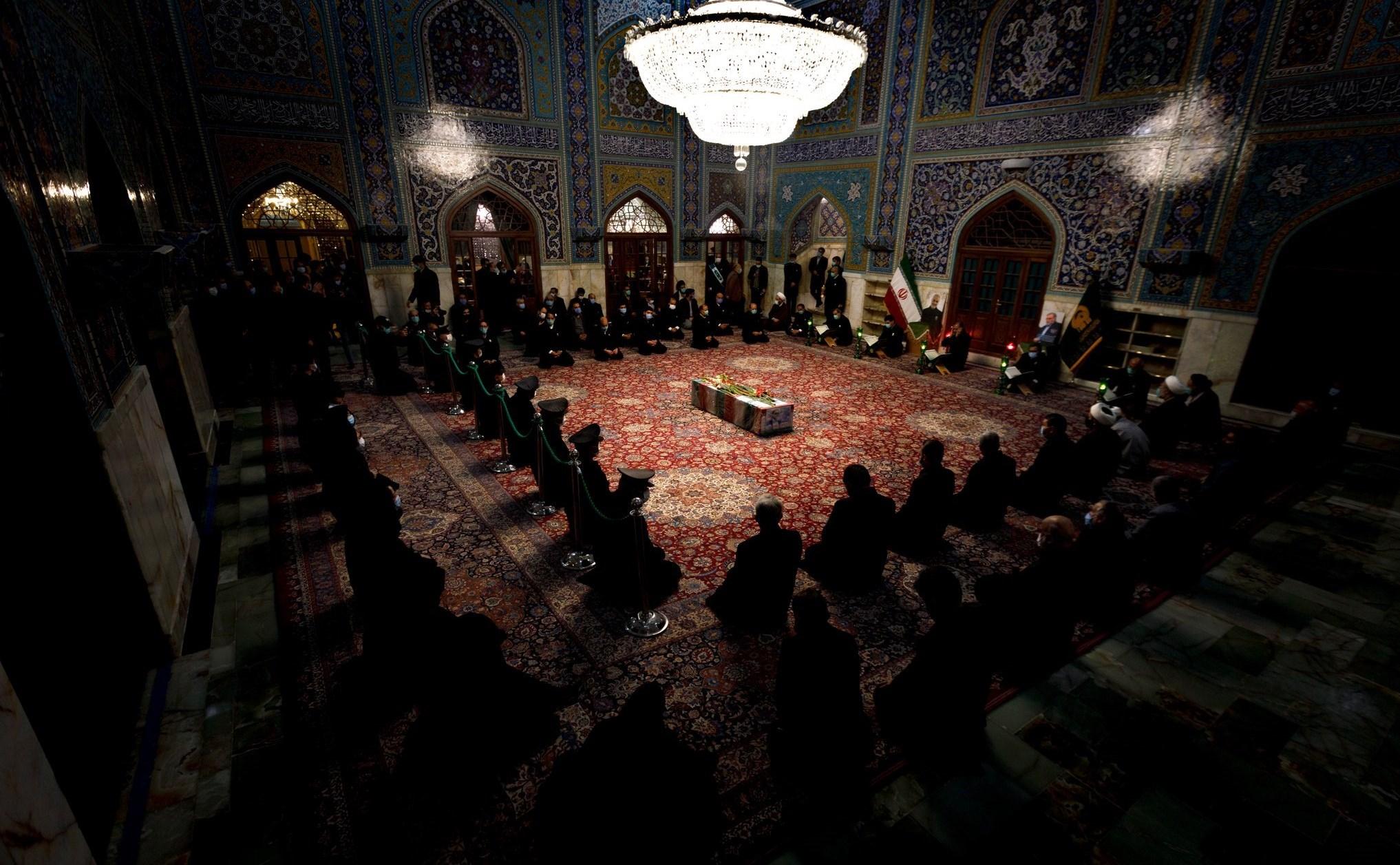 جثمان العالم الإيراني الشهيد محسن فخري في مرقد الإمام الرضا بمدينة مشهد