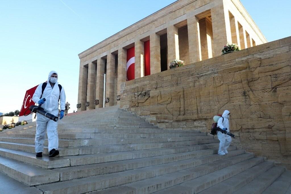 عمال يقومون بتطهير منطقة حول ضريح مؤسس تركيا الحديثة مصطفى أتاتورك (أ ف ب).