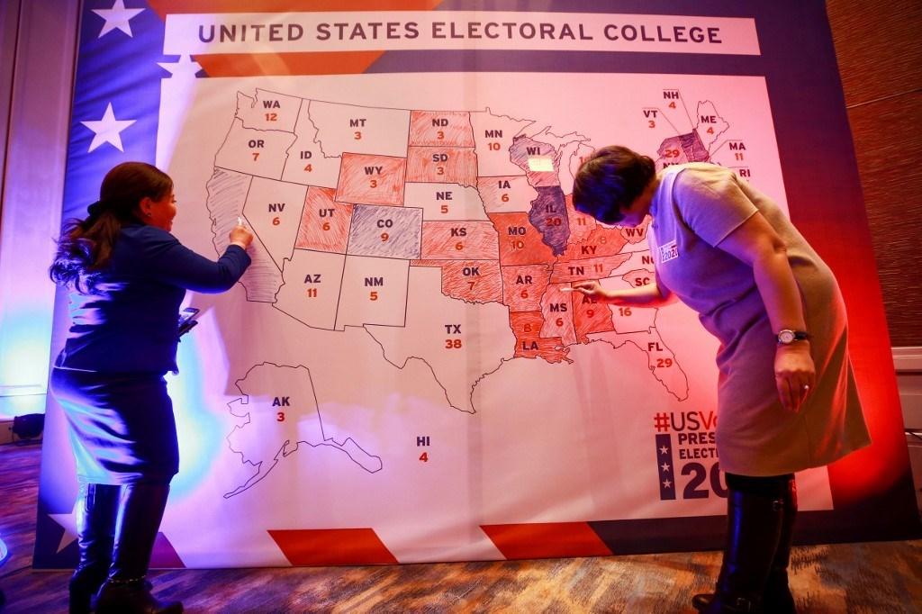 تلوين خريطة انتخابية خلال مراقبة الانتخابات في السفارة الأمريكية في أولان باتو (أ ف ب).