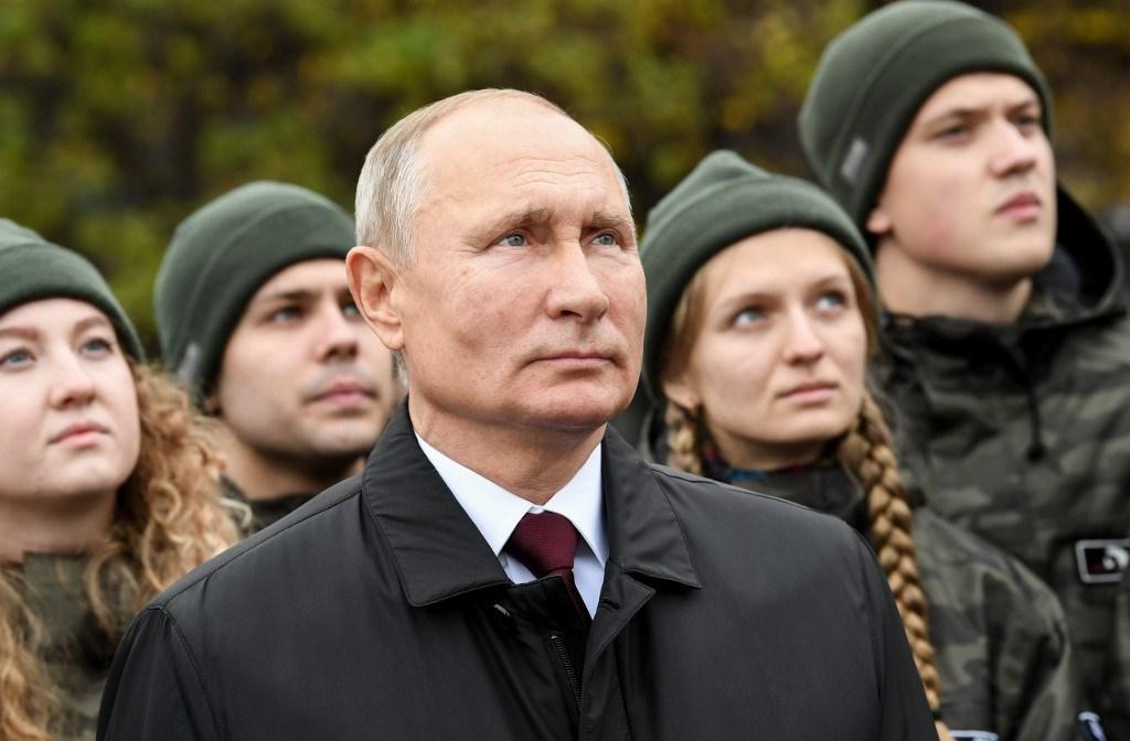 بوتين وأعضاء من المنظمات الشبابية في الساحة الحمراء وسط مدينة موسكو (أ ف ب).