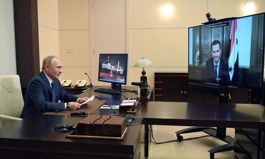 بوتين يتحدث مع الرئيس السوري بشار الأسد عبر تقنية الفيديو خارج موسكو (أ ف ب).