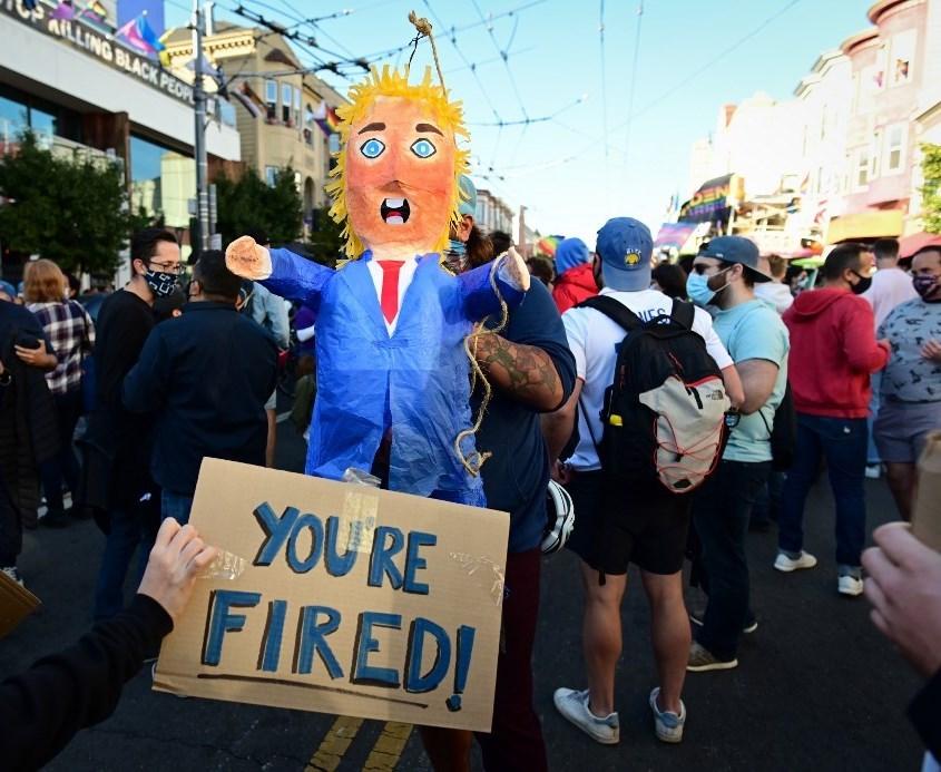 خلال الاحتفال بفوز بادين وخسارة ترامب في الانتخابات -كاليفورنيا 7 نوفمبر 2020 (أ.ف.ب)