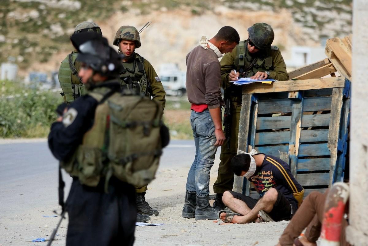 مركز فلسطين: الاحتـلال يدوس على كل اتفاقيات حقوق الإنسان المتعلقة بالأسرى