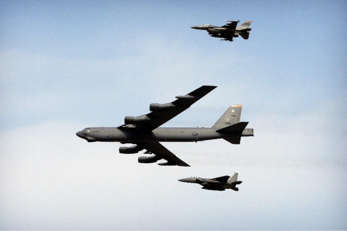 تحليق قاذفتي قنابل من طراز B-52 فوق الخليج (أسوشيتد برس)