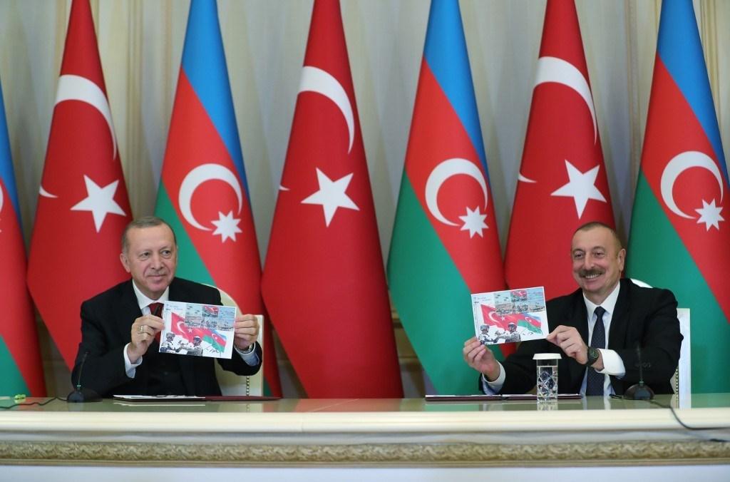 الرئيس التركي رجب طيب إردوغان والرئيس الأذربيجاني إلهام علييف خلال مؤتمر صحفي عقب اجتماعهما في باكو (أ.ف.ب)