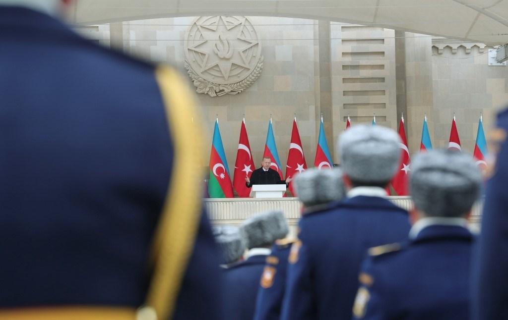 إردوغان وهو يلقي خطاباً في ساحة أزادليك في 10ديسمبر (أ ف ب).