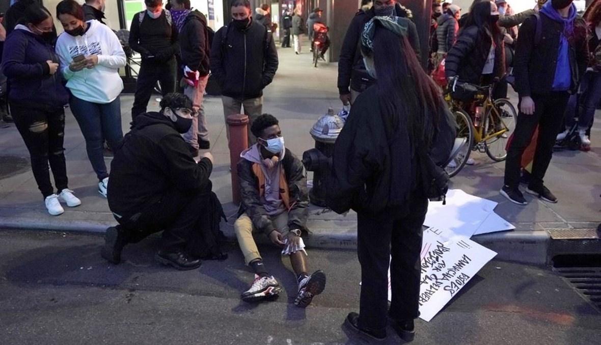 سيارة تقتحم تجمعاً احتجاجياً للسود في نيويورك وتوقع إصابات