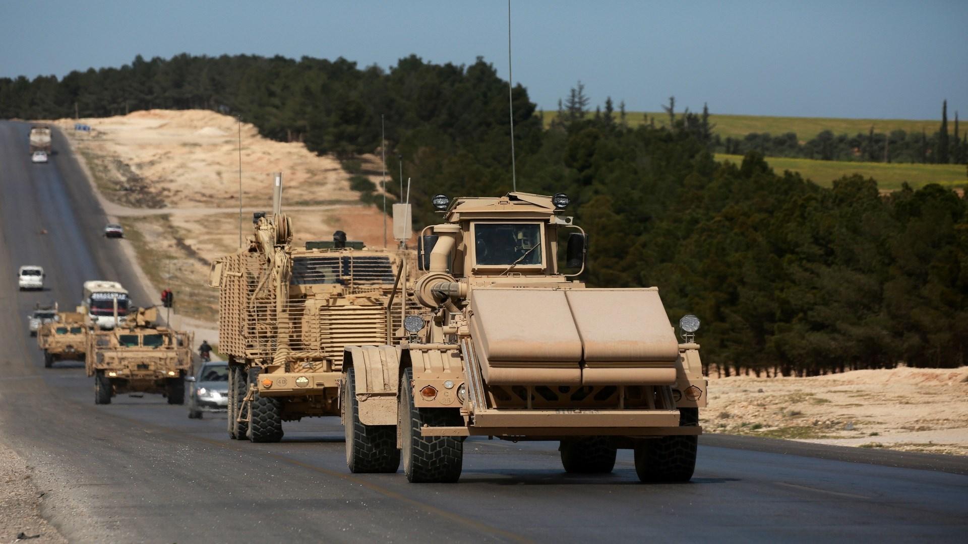 القوات الأميركية تخرج صهاريج محملة بالنفط السوري المسروق من ريف الحسكة (أرشيف)
