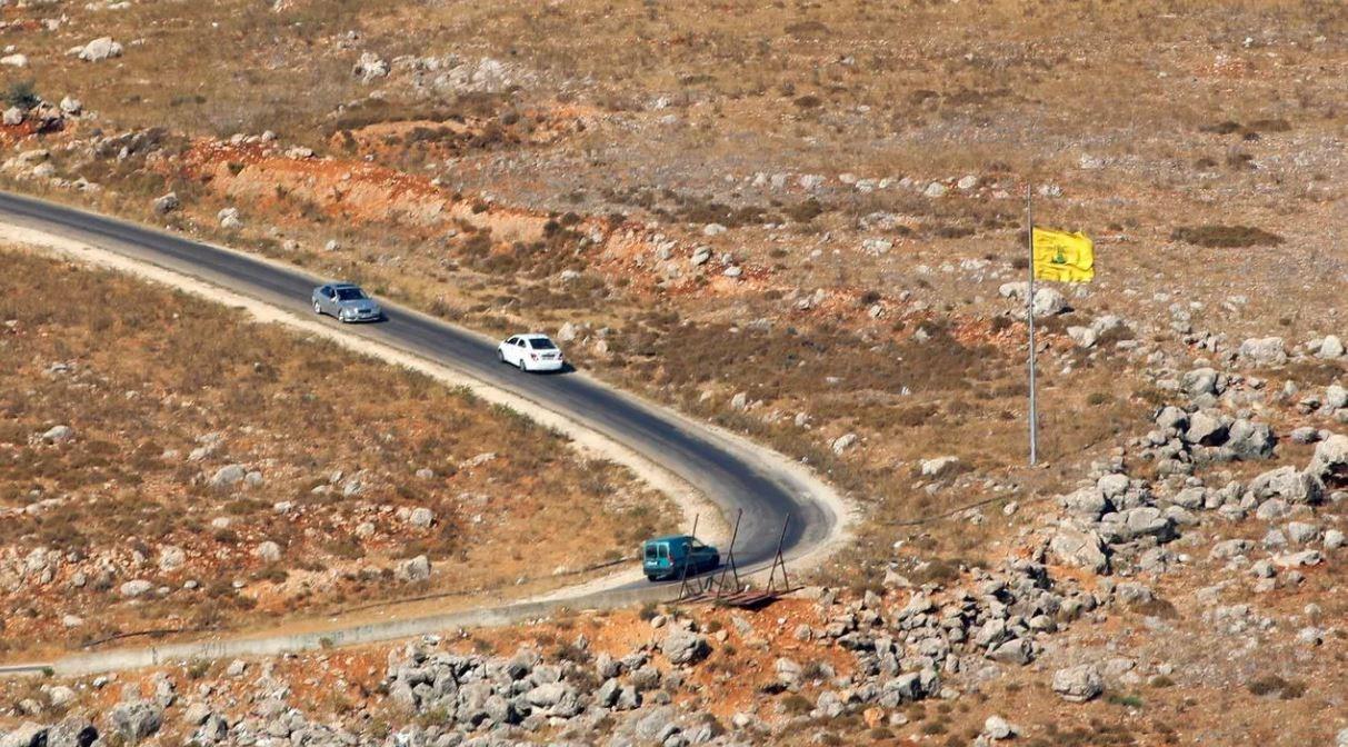 علم حزب الله مرفوعاً على الحدود اللبنانيّة مع فلسطين المحتلة - 14 يوليو 2020 (أ.ف.ب)