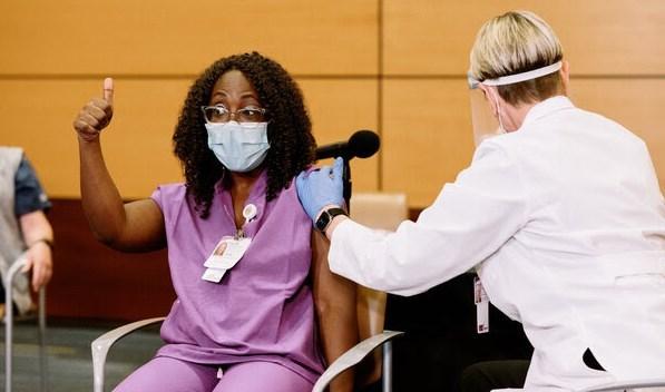 الطبيبة سيلفيا أوسو أنسا من بين أوائل من تلقى اللقاح الإثنين.