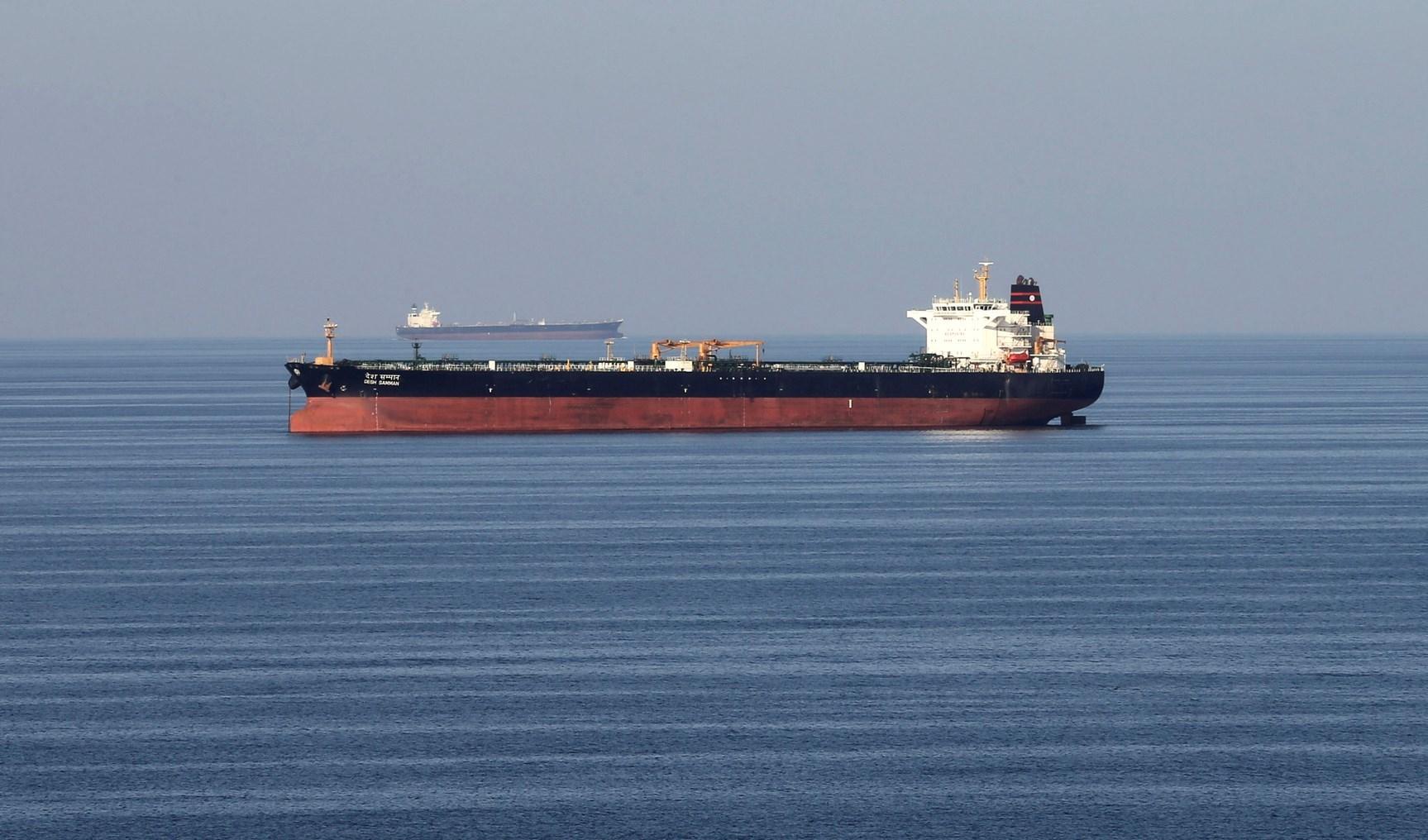 ناقلة مخصصة لنقل الوقود تعرضت لهجوم بقارب مفخخ في ميناء جدة