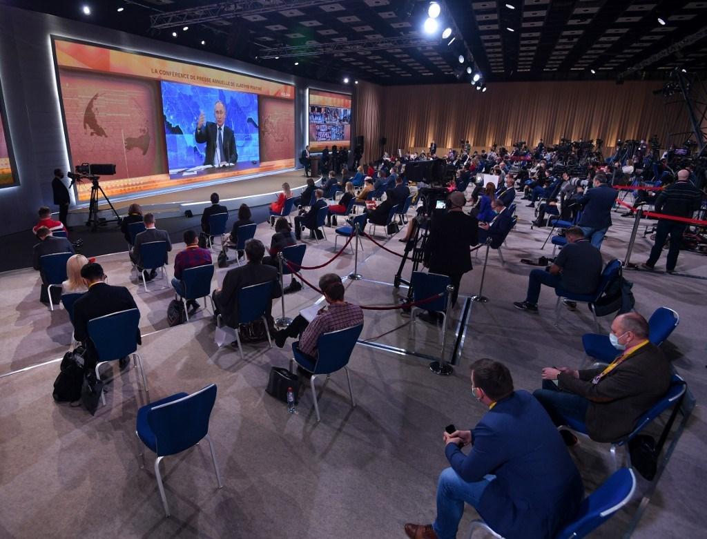 الصحفيون يتابعون الرئيس الروسي في مقر إقامة الدولة في نوفو-أوغاريوفو ( أ ف ب).