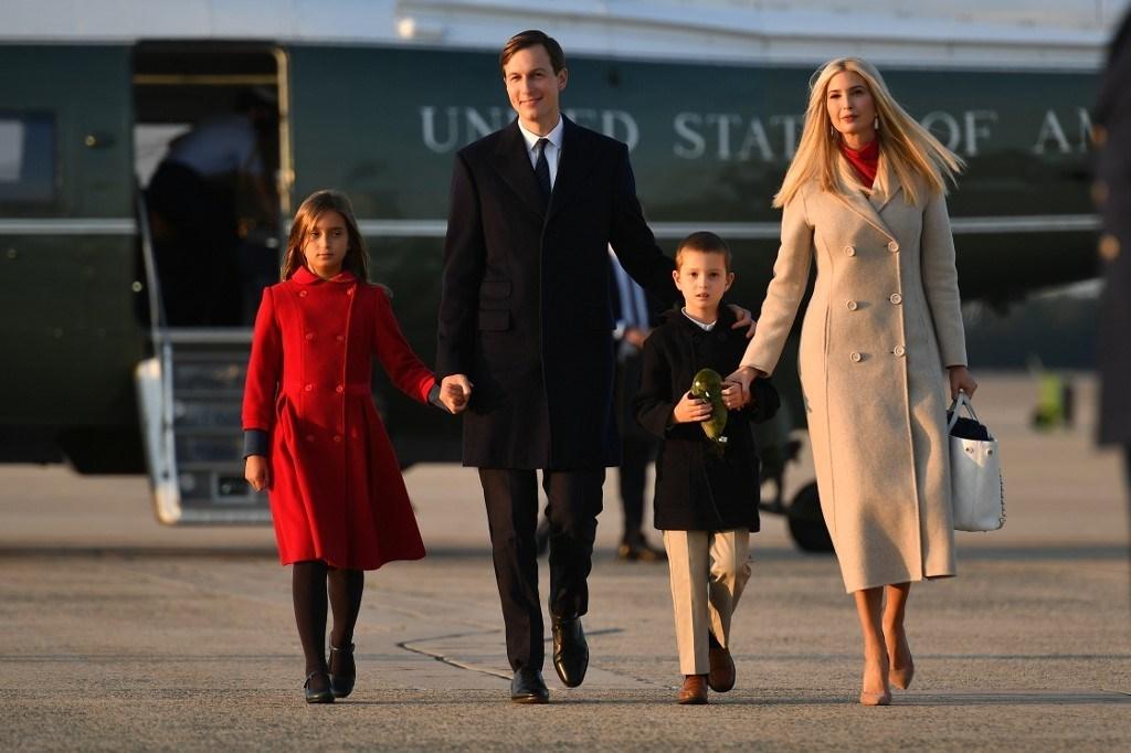 كبير مستشاري الرئيس الأميركي وصهره جاريد كوشنير إلى جانب زوجته ميلانيا ترامب وولديهما (أ ف ب - أرشيف)
