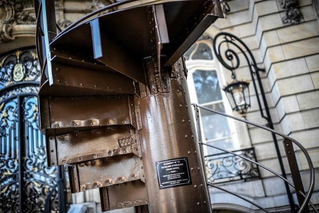 الجزء الذي بيع بالمزاد للدرج الحلزوني يربط الطبقة الثانية بالطبقة الثالثة من برج إيفل الشهير