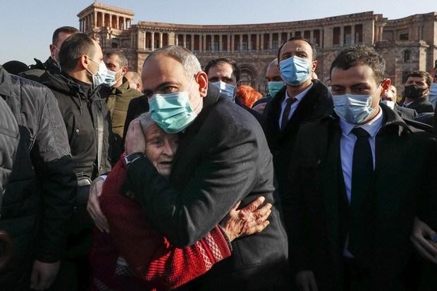أرمينيا: حداد على ضحايا الحرب.. وتظاهرات لإسقاط رئيس الوزراء