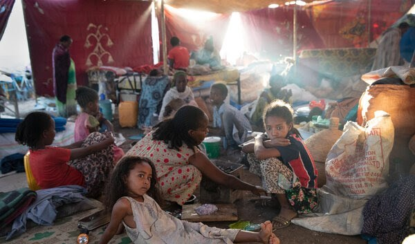 بعض الأطفال من لاجئي الحرب في إثيوبيا في مخيم في السودان.