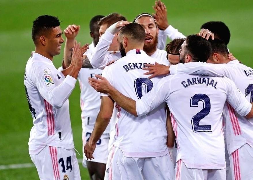 لاعبو ريال مدريد يحتفلون بهدف بنزيما