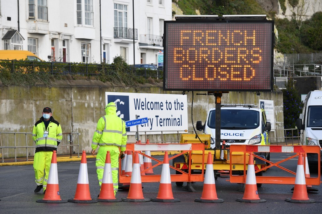 لافتة تشير إلى اغلاق المعبر الحدودي الفرنسي في ميناء دوفر جنوب شرق إنجلترا / 22 ديسمبر 2020 (أ.ف.ب)