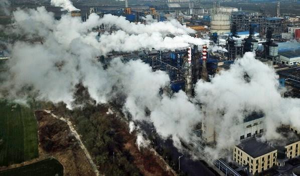 مصنع لمعالجة الفحم في مدينة هجين في الصين. الصورة لوكالة أسوشيتد برس.