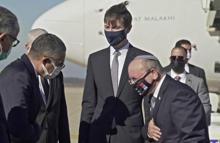 محافظ الرباط يرحب بكوشنر ومستشار الأمن القومي الإسرائيلي بعد وصولهما إلى المغرب (أ ف ب).
