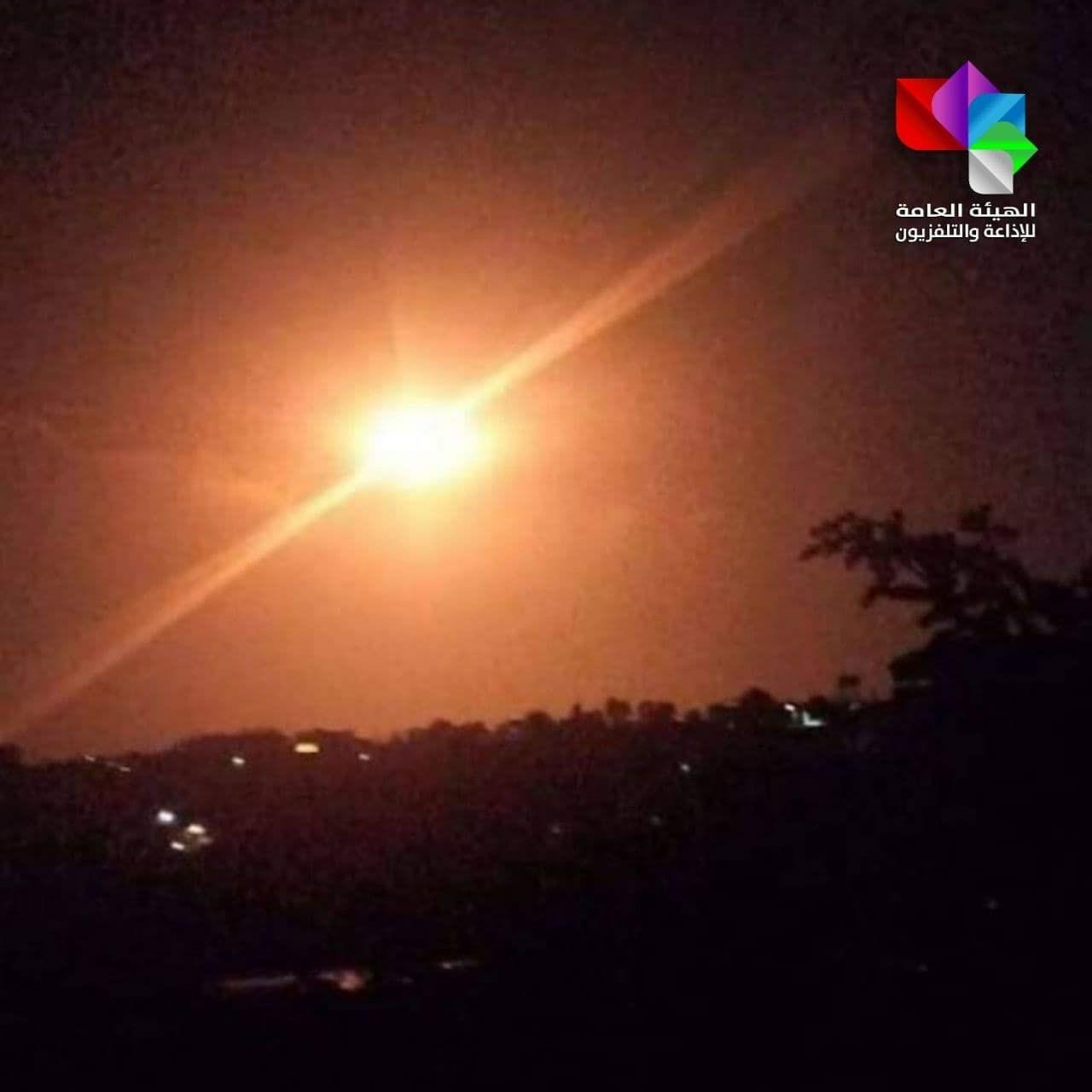صورة متداولة من مصياف لتصدي الدفاعات الجوية لصواريخ إسرائيلية (وسائل التواصل الاجتماعي).