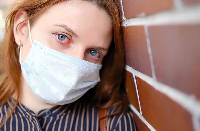 إمرأة ترتدي قناعاً للوقاية من فيروس كورونا.
