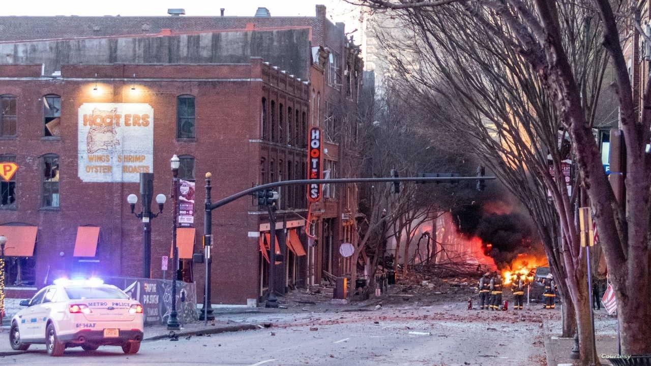دمر الانفجار عدة مركبات وألحق أضراراً بمبانٍ وتصاعد بسببه الدخان الأسود في السماء
